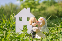 移动在房子里的已婚夫妇新婚佳偶小雕象  免版税库存照片