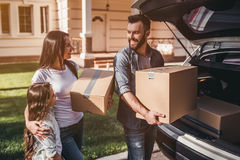 移动在新房里的家庭 免版税库存图片