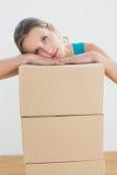 移动在有堆的一个新房里的妇女箱子 免版税库存图片