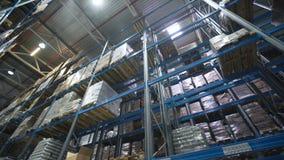 移动在有被定购的物品的在仓库的调色板和材料之间的照相机 影视素材
