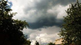 移动在村庄的积雨云 股票录像