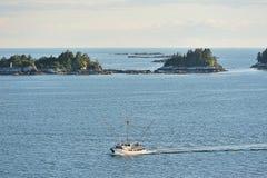 移动在海岛旁边的Fishboat 免版税库存照片
