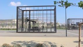 移动在笼子的油泵上下在巴库,阿塞拜疆 股票录像