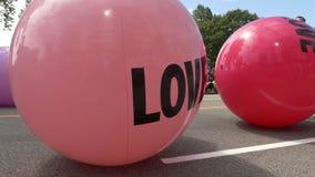 滚动在街道的概念爱五颜六色的球 股票录像