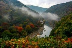滚动在Katsura河的薄雾在京都,日本Arashiyama地区在秋天 库存图片