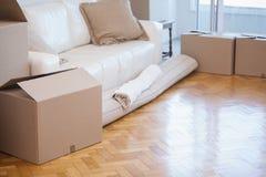 滚动地毯和箱子 免版税库存照片