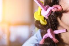 滚动她的金发的头发 库存照片