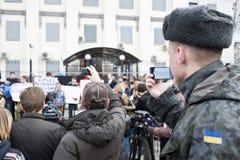 活动家把俄国使馆栓在 免版税库存照片