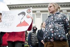 活动家把俄国使馆栓在 库存图片