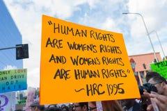 活动家拿着关于人权的一个标志 库存图片