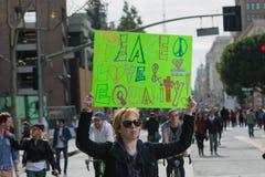 活动家拿着关于人权的一个标志 图库摄影