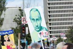 活动家拿着关于俄国总统的一个标志 库存照片