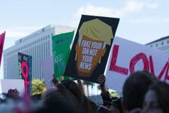 活动家拿着关于Trump总统的一个标志 库存图片