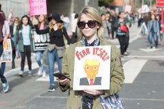 活动家拿着关于Trump总统的一个标志 免版税图库摄影