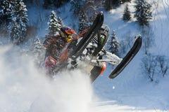 移动山的雪上电车的运动员 库存照片