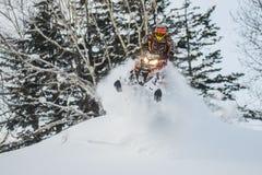 移动山的雪上电车的运动员 免版税库存图片
