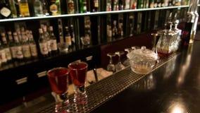 移动式摄影车射击了在夜总会的酒吧柜台 股票视频