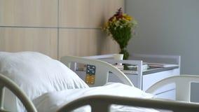 移动式摄影车射击了有床的一个医院病房 股票视频