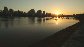 移动式摄影车射击日出, False Creek,温哥华 免版税库存照片