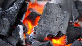 移动式摄影车滑子和关闭射击灼烧的火染黑木炭 影视素材