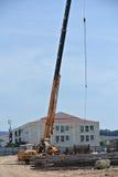 移动式起重机使用了对举重的材料在建造场所 免版税库存图片