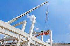 移动式起重机是运载具体安装托梁到汇编巨大的大厅 库存图片