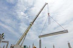 移动式起重机是运载具体安装托梁到汇编巨大的大厅 免版税库存照片