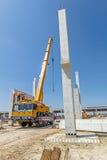 移动式起重机是运载具体安装托梁到汇编巨大的大厅 免版税图库摄影