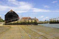 滑动式造船架和橡木木材修建了船库在航行俱乐部在Bosham历史的村庄在西萨塞克斯郡在E南部  图库摄影