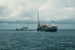 动态安置的DP操作临近FPSO罐车 供应舰队工作 免版税图库摄影
