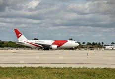 动态空中航线波音767-200喷气机 库存图片