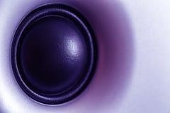 动态紫外被定调子的音频的报告人或的超低音扬声器,在紫外的抽象技术背景 免版税库存照片