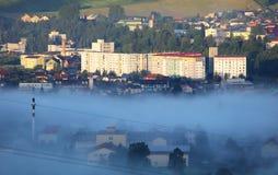 活动房屋在与薄雾的早晨 免版税库存照片