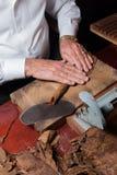 滚动手工制造雪茄的西班牙斗牛士 库存照片
