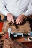 滚动手工制造雪茄的西班牙斗牛士 库存图片