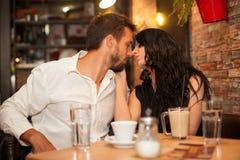 移动接近彼此的女朋友和男朋友为亲吻 免版税库存图片