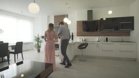 移动新的时髦现代公寓的年轻愉快的激动的夫妇看在4k射击的美好的室内设计附近 股票录像