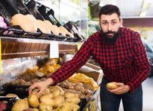 移动新鲜蔬菜的男性卖主 图库摄影