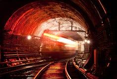 移动横跨隧道的火车 基辅,乌克兰 Kyiv,乌克兰 免版税图库摄影