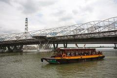 移动沿新加坡河的游船 图库摄影