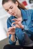 滚动烟草香烟的手 免版税库存照片