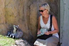 动物园的妇女 免版税库存图片