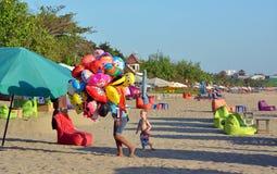 动物形状的气球的年轻供营商在Legian海滩的 免版税库存照片