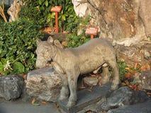 动物石雕象根据Wat Pho的在曼谷,泰国 免版税库存图片