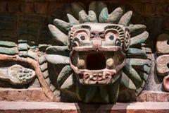 动物雕刻了在一个老阿兹台克寺庙在墨西哥 免版税库存照片