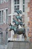 动物音乐家铜雕象在布里曼 库存图片