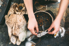 动物头骨和dreancatcher在石背景 免版税库存图片
