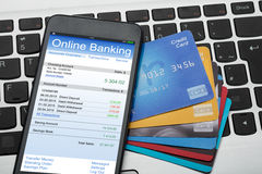 移动电话和信用卡在膝上型计算机键盘 免版税图库摄影