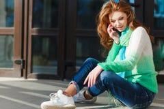 移动电话联系的妇女年轻人 免版税库存图片