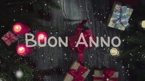 动画Buon案纳-新年快乐在意大利语、白色信件和红色蜡烛 股票视频